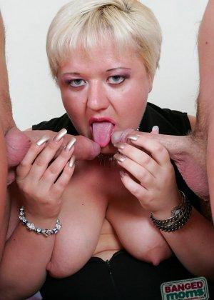 Парни по очереди дают в рот пожилой, пухлой блондинке - фото 7