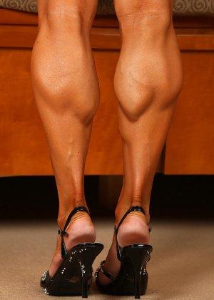Накаченная женщина в бикини - фото 9