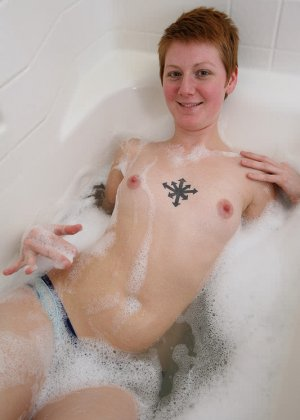 Голая баба с рыжей пиздой принимает ванну - фото 2