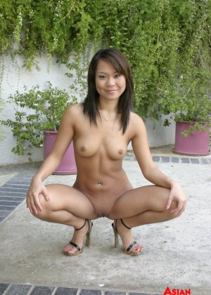 Трахает азиатку в жопу - фото 4