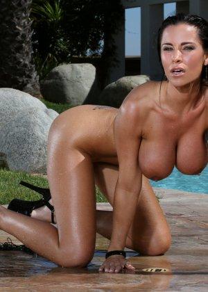 Женщины в купальнике и обнаженная - фото 15