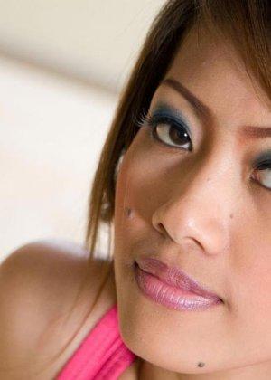 Азиатка показывает голую плоскую грудь - фото 3