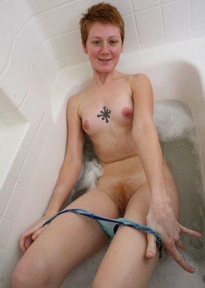Голая баба с рыжей пиздой принимает ванну - фото 7
