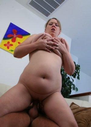 Кончил на жирный живот женщины - фото 13