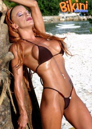 Рыжая женщина в сексуальном бикини - фото 8