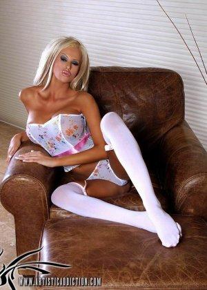 Длинноногая блондинка раздевается - фото 3