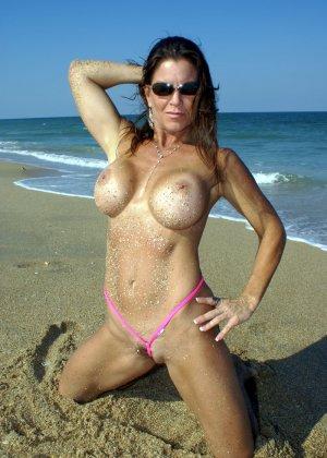 Женщина в бикини на пляже - фото 3