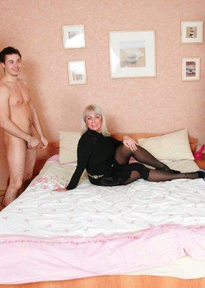 Групповой секс с красивой пожилой женщиной - фото 3