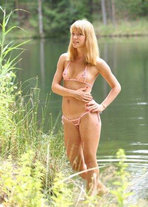 Русская девушка в микро бикини - фото 3