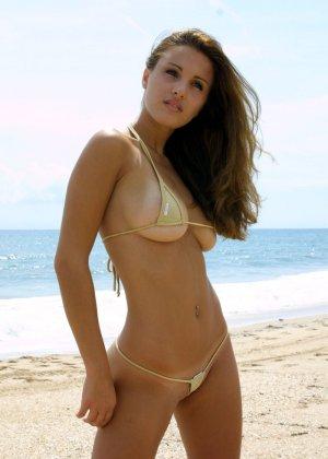 Красотка на пляже в супер мини бикини - фото 4
