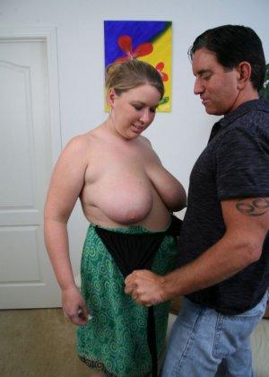 Кончил на жирный живот женщины - фото 3