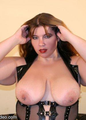 Толстая рыжая блядь и два черных хуя в ее рту - фото 14