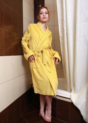 Голая пизда милой девушки в желтом халате - фото 1