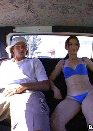 Познакомился с девушкой на улице и тут же выебал в своем микроавтобусе - фото 10