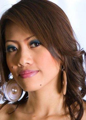 Азиатка показывает голую плоскую грудь - фото 13