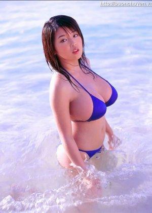 Сисястые азиатки в купальниках - фото 1