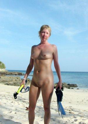 Голые гуляют по пляжу - фото 3