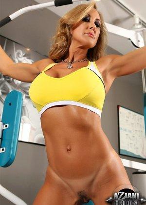 Бренди Лов в обнаженном виде занимается фитнессом - фото 7