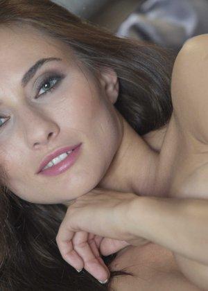 Красивая девушка Микаэла раздевается - фото 7