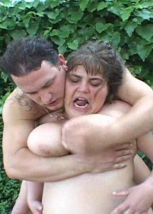 Затрахал пожилую толстячку в кустах - фото 3