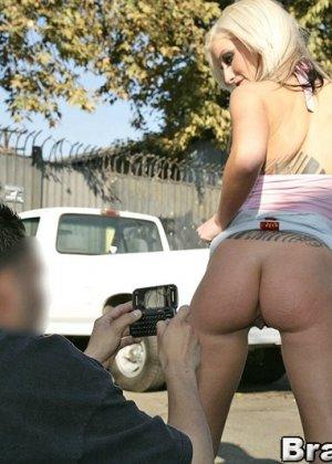 Занимается любимым аналом на улице с незнакомцем - фото 5