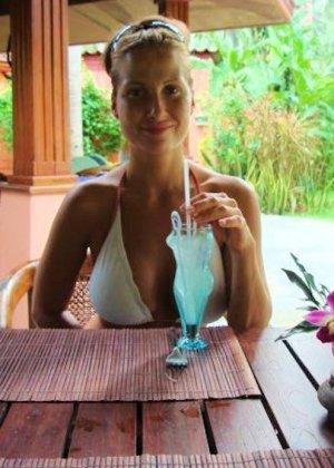 Смелая Лиза показывает свое тело – она умеет развлекаться и получать от жизни удовольствие - фото 8