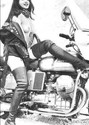 Множество фотографий, на которых девушки показывают обнаженные тела на фоне мотоциклов - фото 3