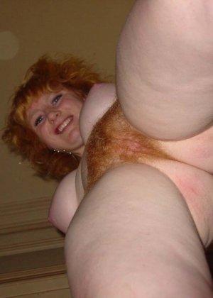 У этой блондинки большие красивые сиськи и волосатая пизденка - фото 16