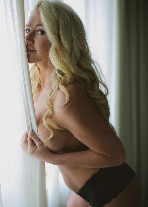 Нежная и чувственная эротика от блондинки с шикарными сиськами - фото 40