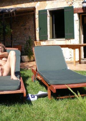 Парочка приезжает на дачу, чтобы отдохнуть и походить без одежды, делая перерыв на секс - фото 6