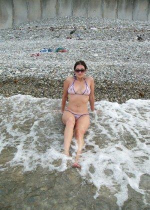 Девушка показывает свое тело на отдыхе, она постепенно раздевается и дает себя разглядеть - фото 22