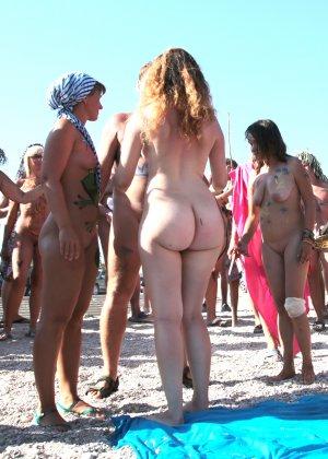 На нудистком пляже много голых девушек, которые с удовольствием показывают себя окружающим - фото 12