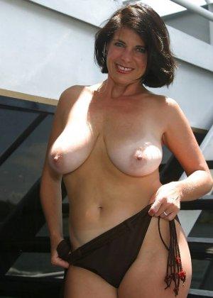 Пожилая женщина с очень большими сиськами позирует голой - фото 24