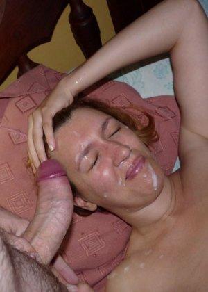 Карола работает ротиком, а затем принимает на свое личико фонтан спермы – ей даже нравится такое отношение - фото 8