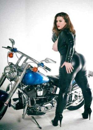 Множество фотографий, на которых девушки показывают обнаженные тела на фоне мотоциклов - фото 27
