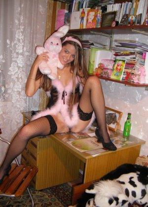 Горячая молодая девушка показывает свое тело в разных эротических нарядах – при этом она всегда сексуальна - фото 15
