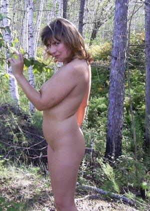 Зрелая женщина готова показать свои прелести всем подряд – она демонстрирует себя прямо на природе - фото 25