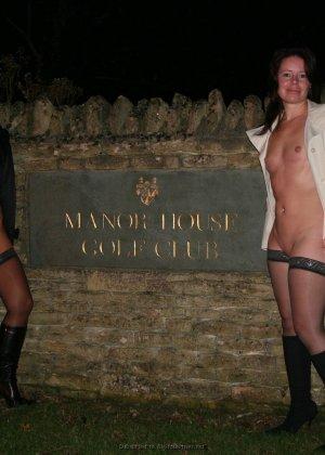 Две представительницы прекрасного пола показали свои дырочки - фото 78