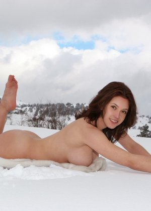 Обнаженные сексапильные девушки позируют зимним днем - фото 13