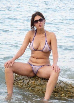 Девушка показывает свое тело на отдыхе, она постепенно раздевается и дает себя разглядеть - фото 14