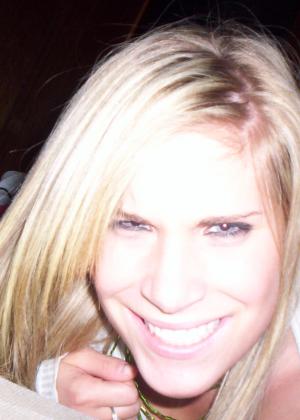 Блондинка с сексуальной грудью позирует перед камерой – ей есть что показать и она может возбудить каждого - фото 4