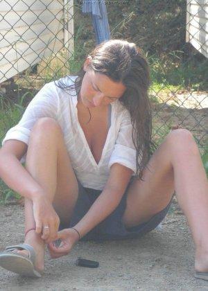 Женщина, несмотря на свое неидеальное тело, показывает себя перед камерой, засветив волосатой пиздой - фото 54