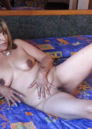 Горячие зрелые латинки показывают свои тела всем желающим, давая рассмотреть всё - фото 2