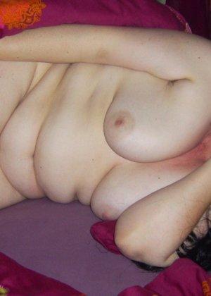Лаура не обладает идеальным телом, но при этом она не против, чтобы на нее пялились мужики - фото 36