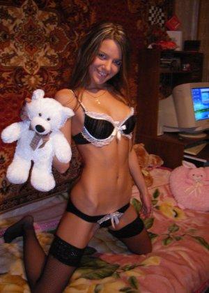 Горячая молодая девушка показывает свое тело в разных эротических нарядах – при этом она всегда сексуальна - фото 4