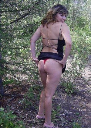 Зрелая женщина готова показать свои прелести всем подряд – она демонстрирует себя прямо на природе - фото 34