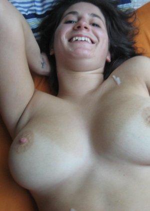 Девушка доводит мужчин до оргазма с помощью ротика специально для того, чтобы ощутить на лице сперму - фото 27