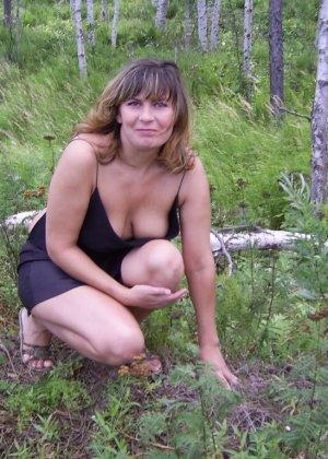 Зрелая женщина готова показать свои прелести всем подряд – она демонстрирует себя прямо на природе - фото 44