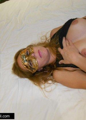 Телочке в маске сунули большой член в рабочий ротик - фото 3