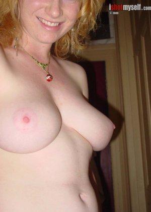 У этой блондинки большие красивые сиськи и волосатая пизденка - фото 13